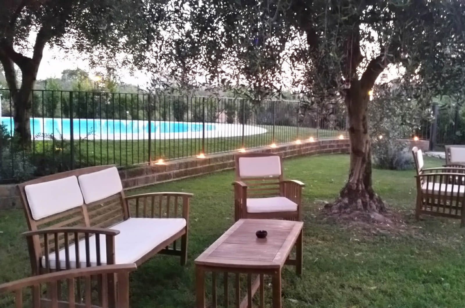 santopietro-agriturismo-lounge-cocktail-piscina